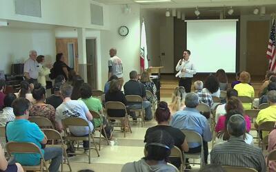 Policía y comunidad de Los Ángeles estrechan lazos en charlas comunitarias