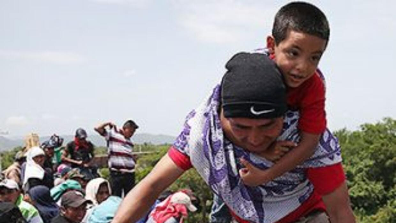 "Un niño migrante centroamericano a bordo de ""La Bestia"", el ferrocarril..."