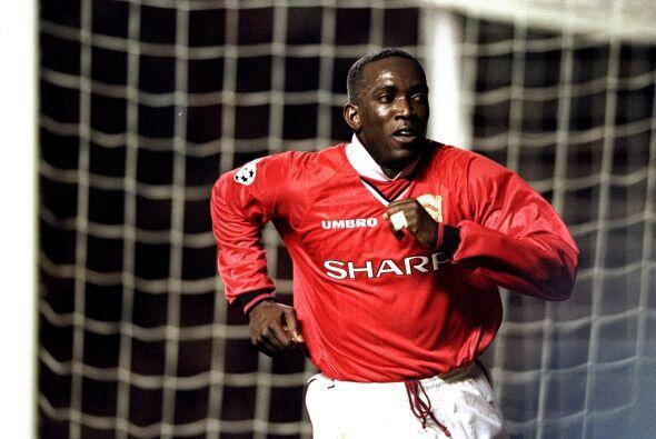 1999: El trinitario Dwight Yorke del Manchester United, junto al emergen...
