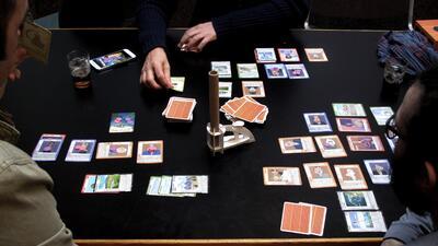 El juego acepta hasta seis jugadores. Las ilustraciones de las cartas so...