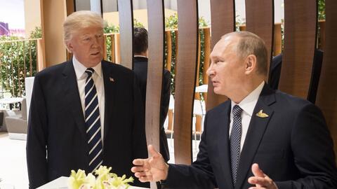 El presidente Donald Trump con su par ruso, Vladimir Putin, durante una...