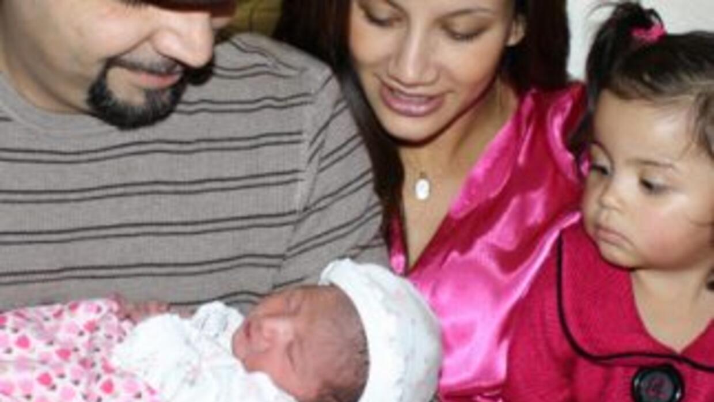 Anabella y Camila, las hijas de Omar y Argelia, son criadas en un ambien...