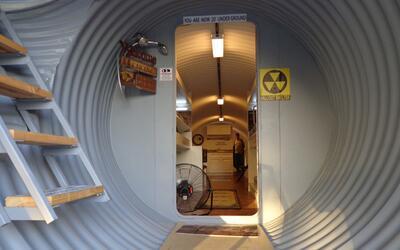 Los refugios circulares construidos 20 pies bajo tierra son los que m&aa...