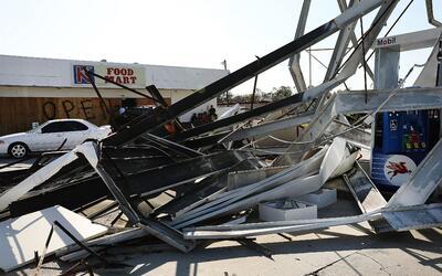 Una gasolinera destruida en Naples, al norte de Miami, luego del paso de...