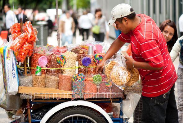 Carretillas como esta, cargadas de dulces y frituras, recorren las calle...