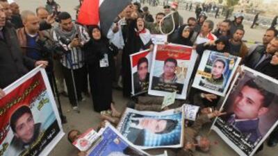 Familiares de las víctimas protestan afuera del lugar donde se lleva a c...