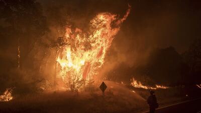 La monstruosa y caprichosa forma del fuego en uno de los incendios de California