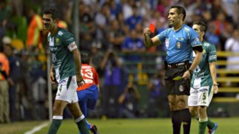 Rafael Márquez volvió a ser expulsado por agredir a un rival.