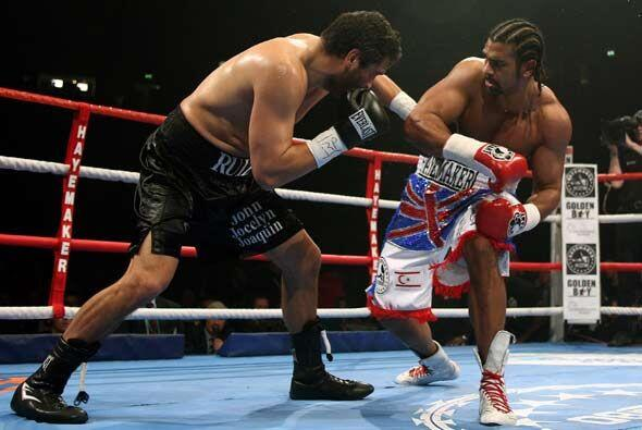 En el cuarto asalto Ruiz conectó sus mejores golpes y cortó a Haye en el...