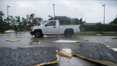 Un camión pasa junto a escombros causados por Irma en Bonita Spri...