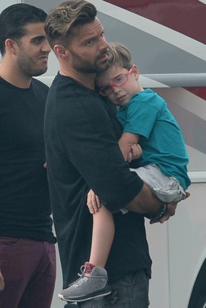 Ricky llegó en un descanso a cuidar de sus chicos. Más videos de Chismes...