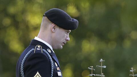 El sargento Bowe Bergdahl al salir este viernes de la sala donde era juz...