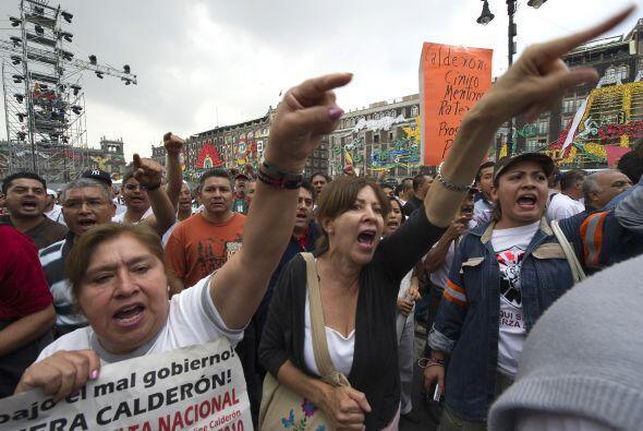 Un grupo de manifestantes en el Zócalo de la capital mexicana, gritó con...
