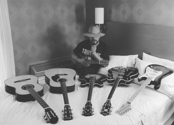 Apasionado por la música, y con ya 20 canciones escritas, fue su...