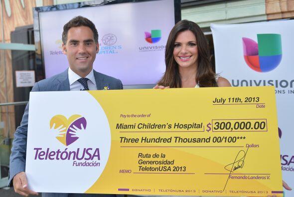 Bárbara Bermudo y Enrique Acevedo entregaron el cheque por $300 mil al C...