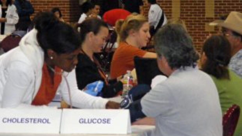 Más de mil personas acudieron a recibir exámenes gratis de colesterol.T...