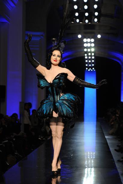 Mujeres convertidas en mariposa formaron parte de la colección sexy de J...