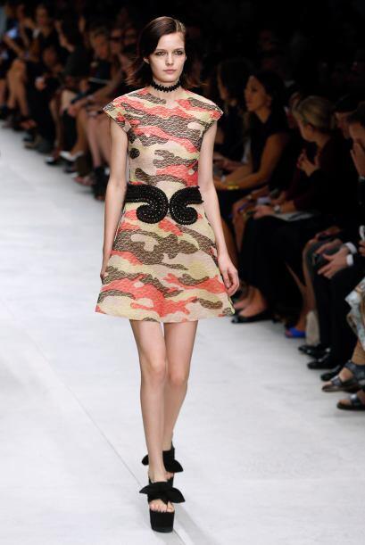 Si eres más arriesgada, entonces elige un vestido que mezcle colores de...