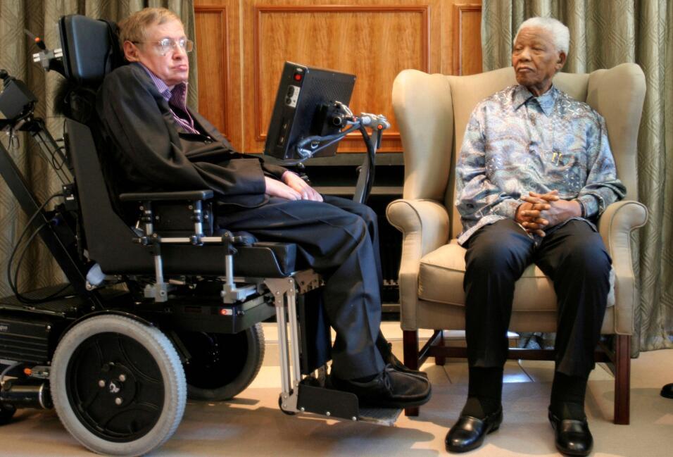 Hawking con el líder surafricano Nelson Mandela, en Johannesburg...
