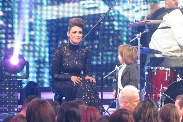 Y el nené estaba feliz con su mami sobre el escenario.