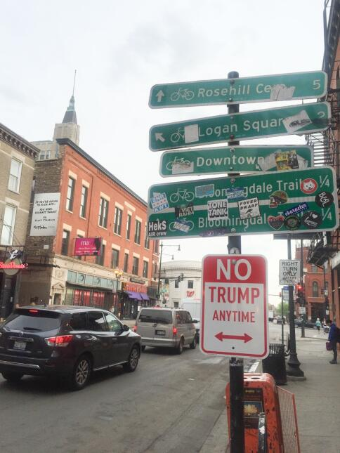 El cartel en una calle de Chicago.