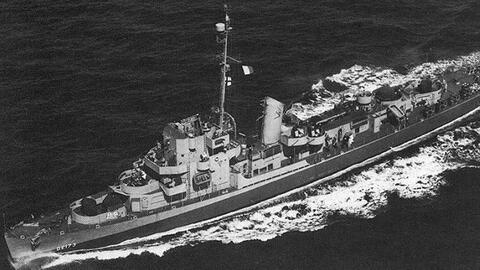 Un acorazado cruza el océano en la Segunda Guerra Mundial.