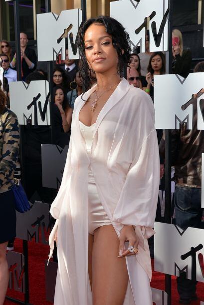 Rihanna presumió piernón loco.   Mira aquí los videos más chismosos.