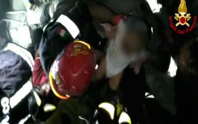 El momento en que bomberos rescatan a bebé llorando de las ruinas tras t...