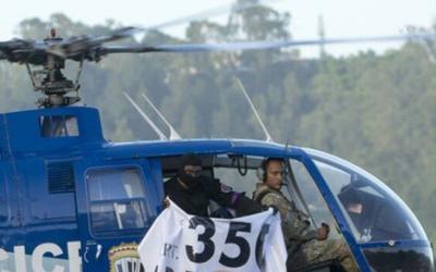 Desde el helicóptero se mostraba una pancarta citando un art&iacu...