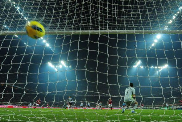 La pelota se desvió en un defensa, descolocó a Buffon y terminó dentro d...