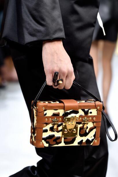 Sofisticación es la palabra exacta para describir este bolso. La colecci...