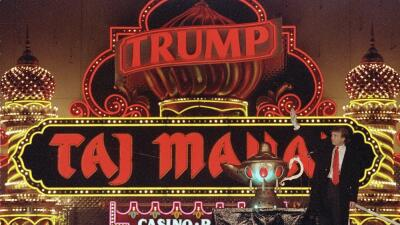 En esta imagen de archivo, tomada el 5 de abril de 1990, Donald Trump po...