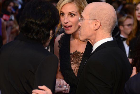 Julia Roberts estuvo de muy buen humor platicando con Jeffey Katzenberg...