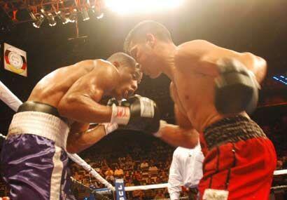 Con un estilo poco ortodoxo Cayo dominó la pelea y golpeó...