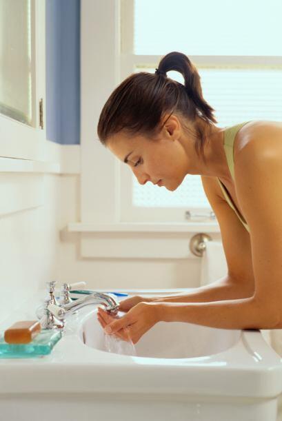 Limpia tu rostro cada día por la mañana y por la noche, e inmediatamente...