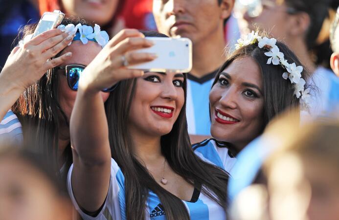 Belleza en las tribunas, una característica en la Copa América Centenario.