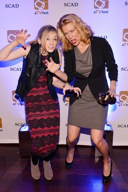 Mira cómo bromean con sus poses. Mira aquí los videos m&aa...