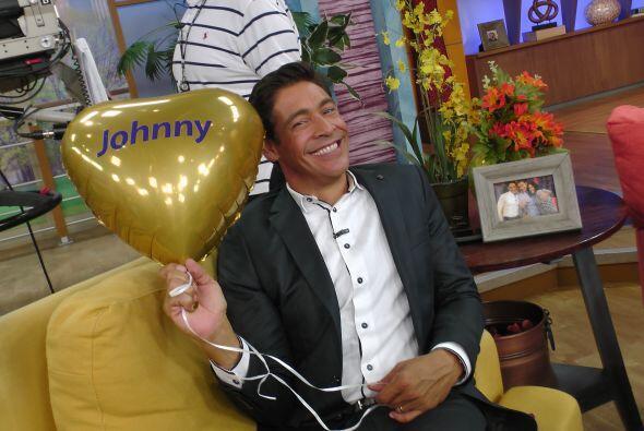 Johnny no podía dejar de sonreír, pues está feliz por la apertura de est...
