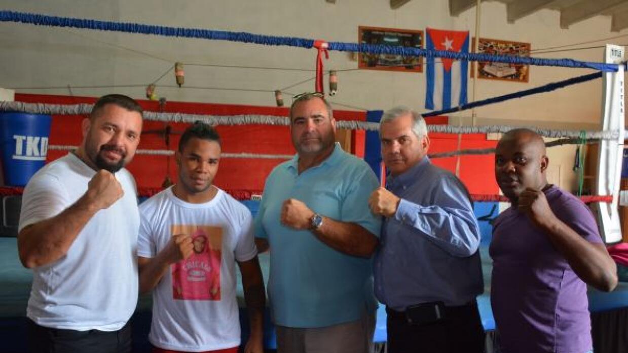 Representantes de Arena Boxing y Veloz Boxing con Hairon Socarrás.