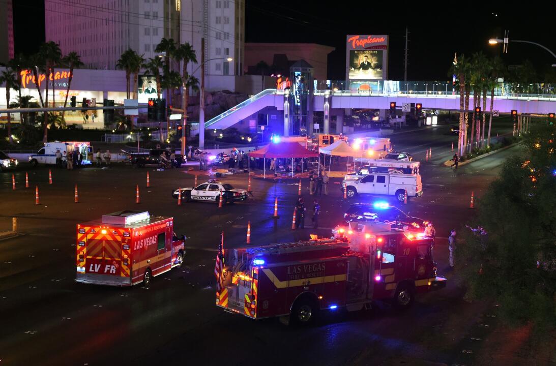 Decenas de carros de bomberos y ambulancias llegaron al lugar de la masa...