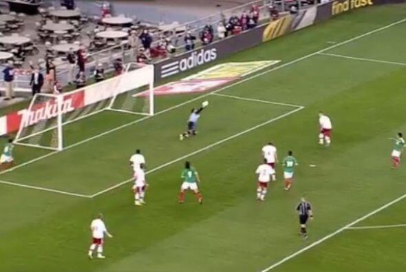Muy buena jugada del equipo mexicano que Reyna llevó hasta el área, ahí...