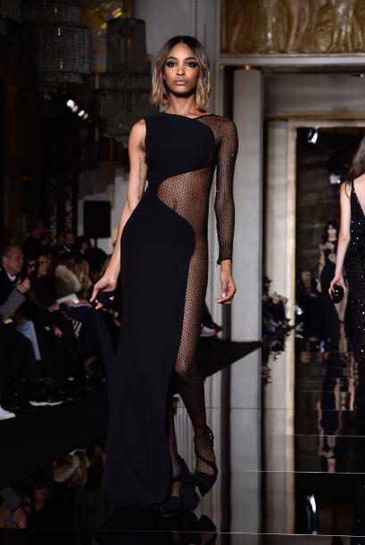 París recibió la nueva colección de la casa de modas de Versace, donde l...