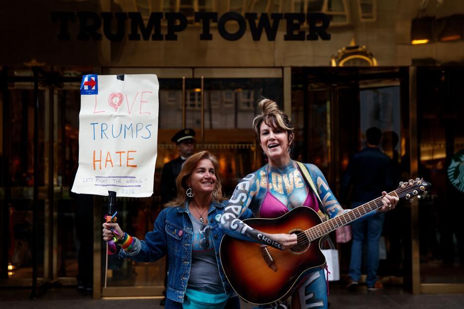 Guitarra en mano Gigi Love expresaba sus inquietudes frente a la Torre T...
