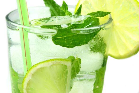 El mojito es un trago típico de Cuba, a base de ron, agua, azúcar, limón...