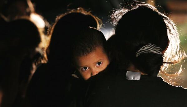 Según el DHS, durante el año fiscal 2015 el número de niños y madres ind...