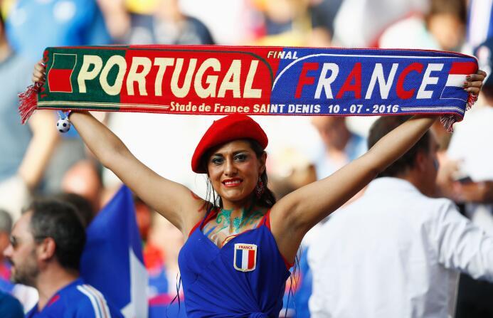 Ellas dieron el toque bello en la final Portugal vs. Francia durante la...