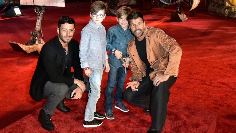 El cantante Ricky Martin, y su pareja Jwan Yosef, con los niños en el es...
