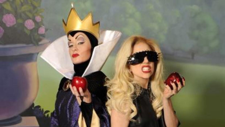 Lady Gaga posó junto a la figura de la madrastra malvada de Blanca Nieve...