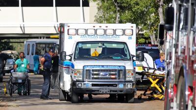En la fotografía pacientes siendo evacuados del Centro de Rehabilitación...