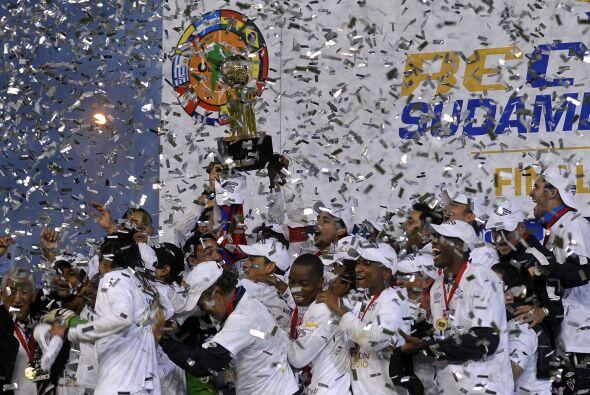 Festejo en Buenos Aires, el plantel de Liga con el trofeo, el equipo qui...